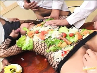 Giovane asiatica masturbata e sborrata sul viso