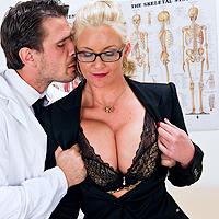 Milf bionda trombata dal sexy dottore
